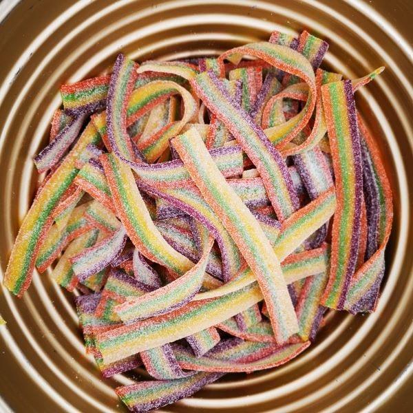 Saure Fruchtgummi-Bänder in Regenbogenfarben von Drop Shop Schwandtner